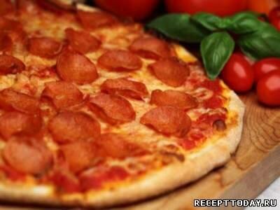 Пицца с помидорами и салями