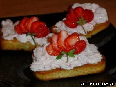 Багет с сырным кремом и ягодами