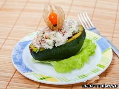 Салат в половинке авокадо