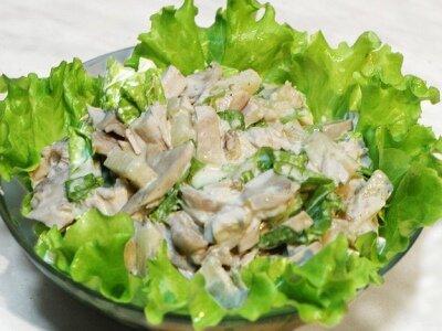 Лёгкий салат из курицы с орехами