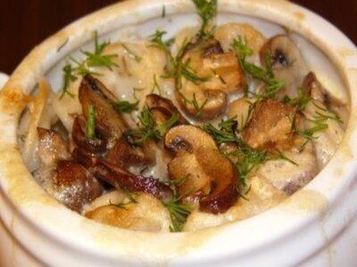 Пельмени в горшочках с грибами