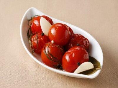 Засолить помидоры в кастрюле